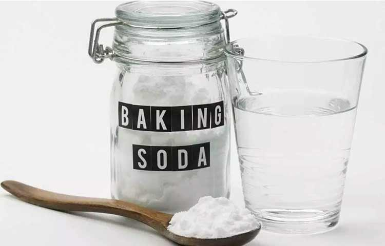 Baking soda and hydrogen peroxide for fast hair lightening